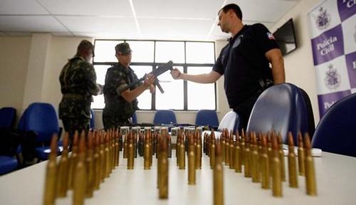 Agentes do Exército avaliam as armas. Foto: Divulgação