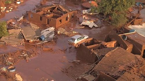 Duas barragens se romperam. Uma morte já foi confirmada e pelo menos 15 pessoas estão desaparecidas. Centenas de moradores estão desabrigados. (Foto: Divulgação)