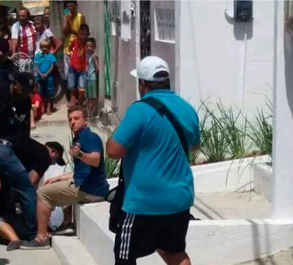 Ela cortou os pulsos na frente da equipe do programa e foi socorrida pelo apresentador Luciano Huck. Foto: Divulgação