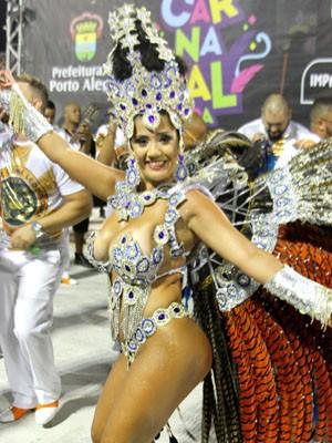 Paola era rainha de bateria da escola de samba campeã do carnaval de Porto Alegre (Foto: Nilveo Pereira/LIESPA). Foto: Divulgação