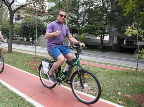 Arnold Schwarzenegger pedala por ciclovia da avenida Engenheiro Luís Carlos Berrini (Foto: Rodrigo Dod/Savaget)