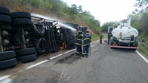 Caminhão estava carregado de diesel e pista precisou ser limpa. Foto: Divulgação