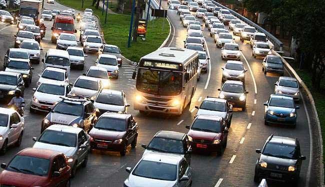 Excesso de velocidade e dirigir usando o celular foram algumas das principais infrações cometidas pelos motoristas, segundo o Detran. Foto: Divulgação